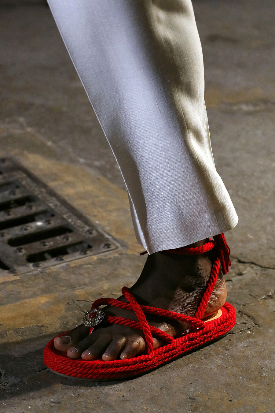 модные босоножки лето2021 тренд плетеные веревочные красные с пряжкой на плоской подошве низком ходу