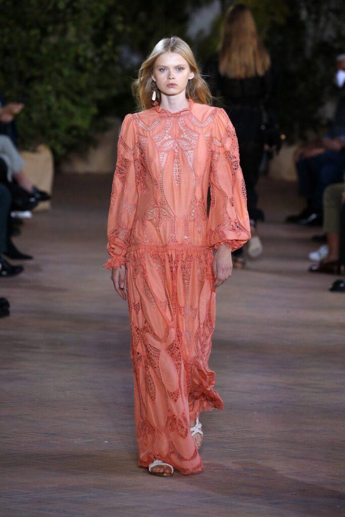 стиль бохо-шик 2021 платье макси оранжевое кружево вышивка