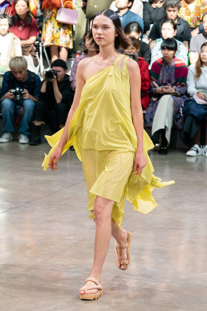 легкое платье лимонного цвета