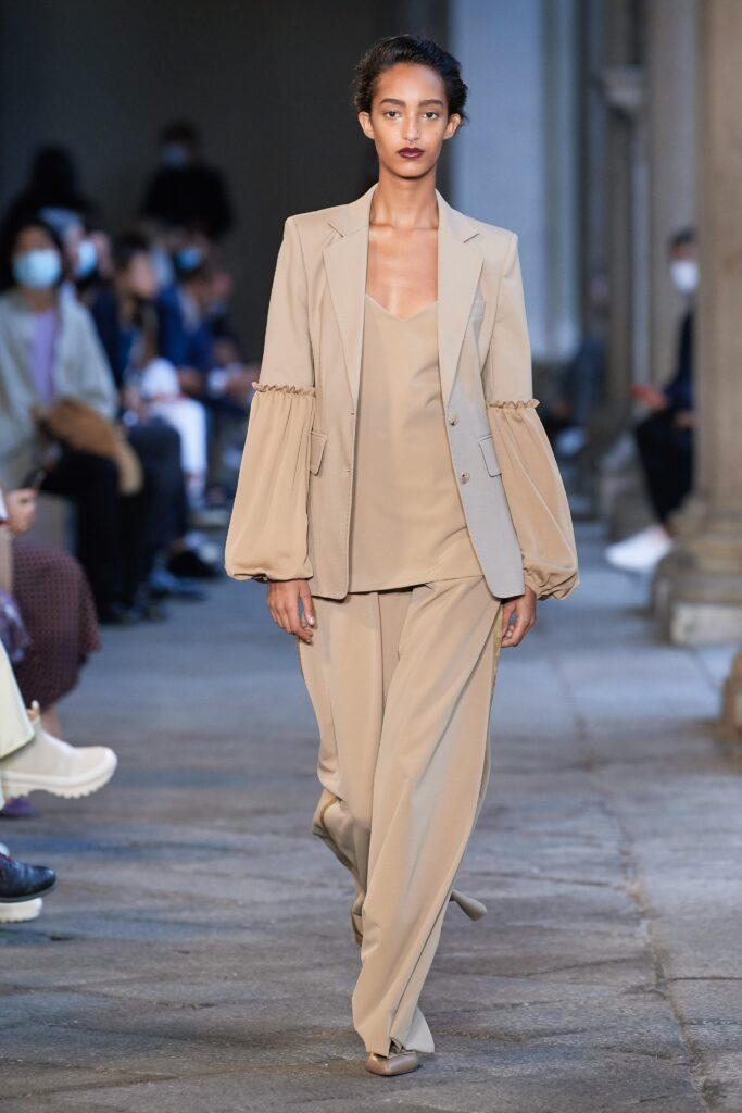 бежевый цвет тренд платье топ костюм лето 2021 модный