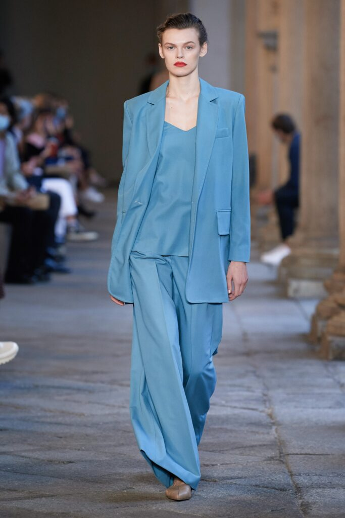 небесно-голубой модный оттенок