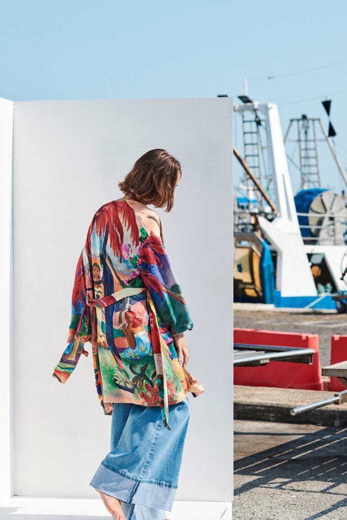 стиль бохо что такое мода лето 2021 как носить накидка принты джинсы широкие голубые с отворотами
