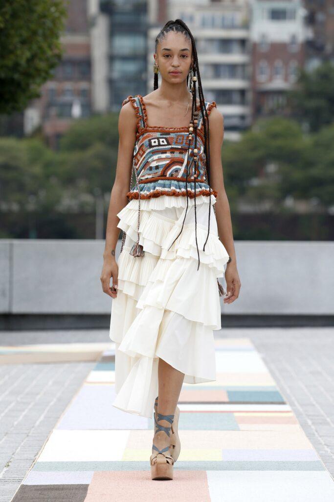 стиль бохо что такое мода лето 2021 как носить юбка белая миди оборки топ вязаный