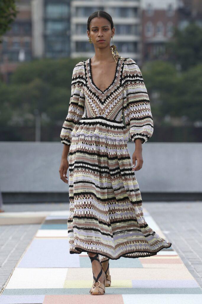 стиль бохо-шик 2021 платье миди вязаное белое коричневое черное бежевое