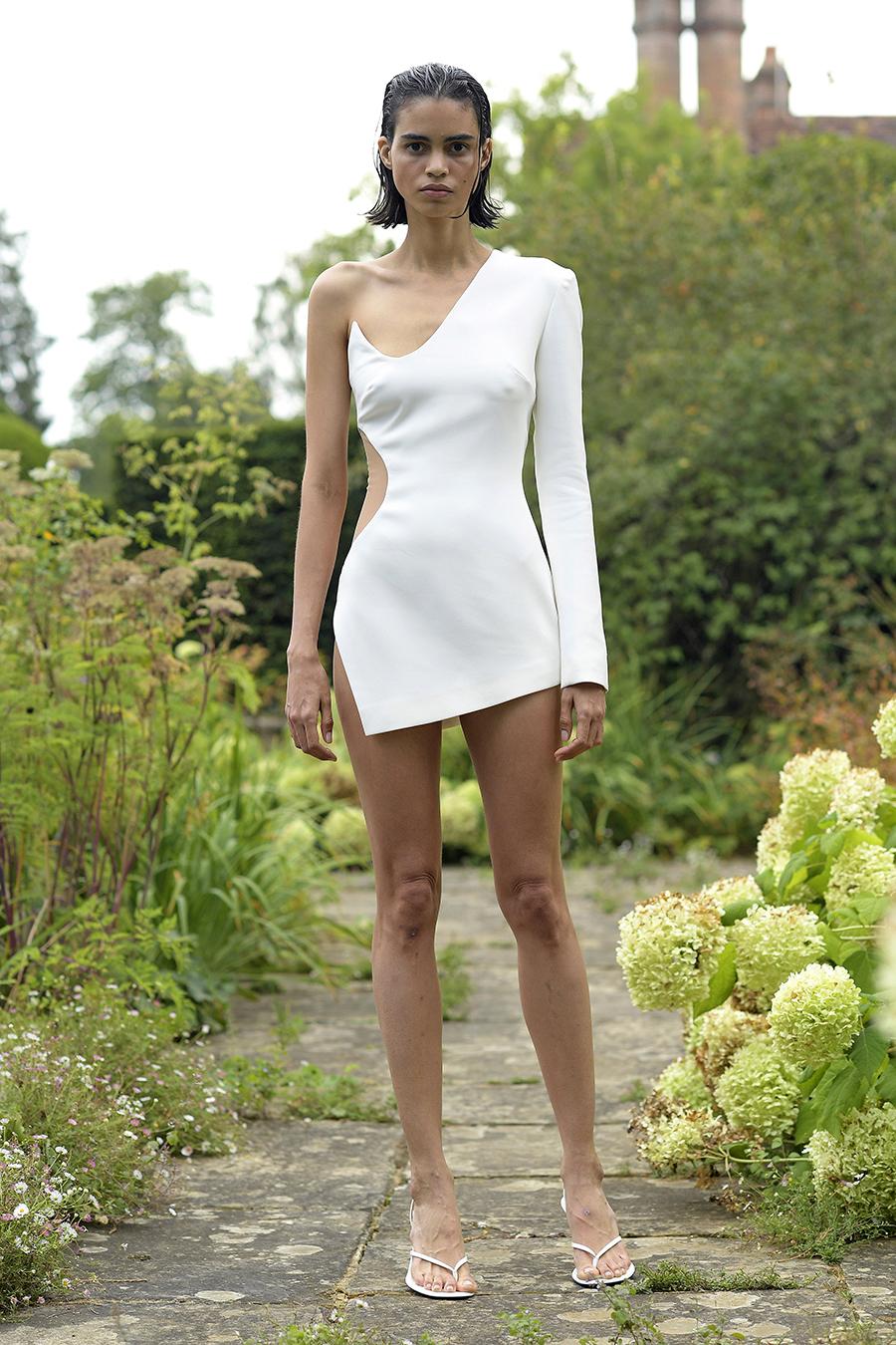 мини-платье модное лето 2021 асимметричне белое на одно плечо