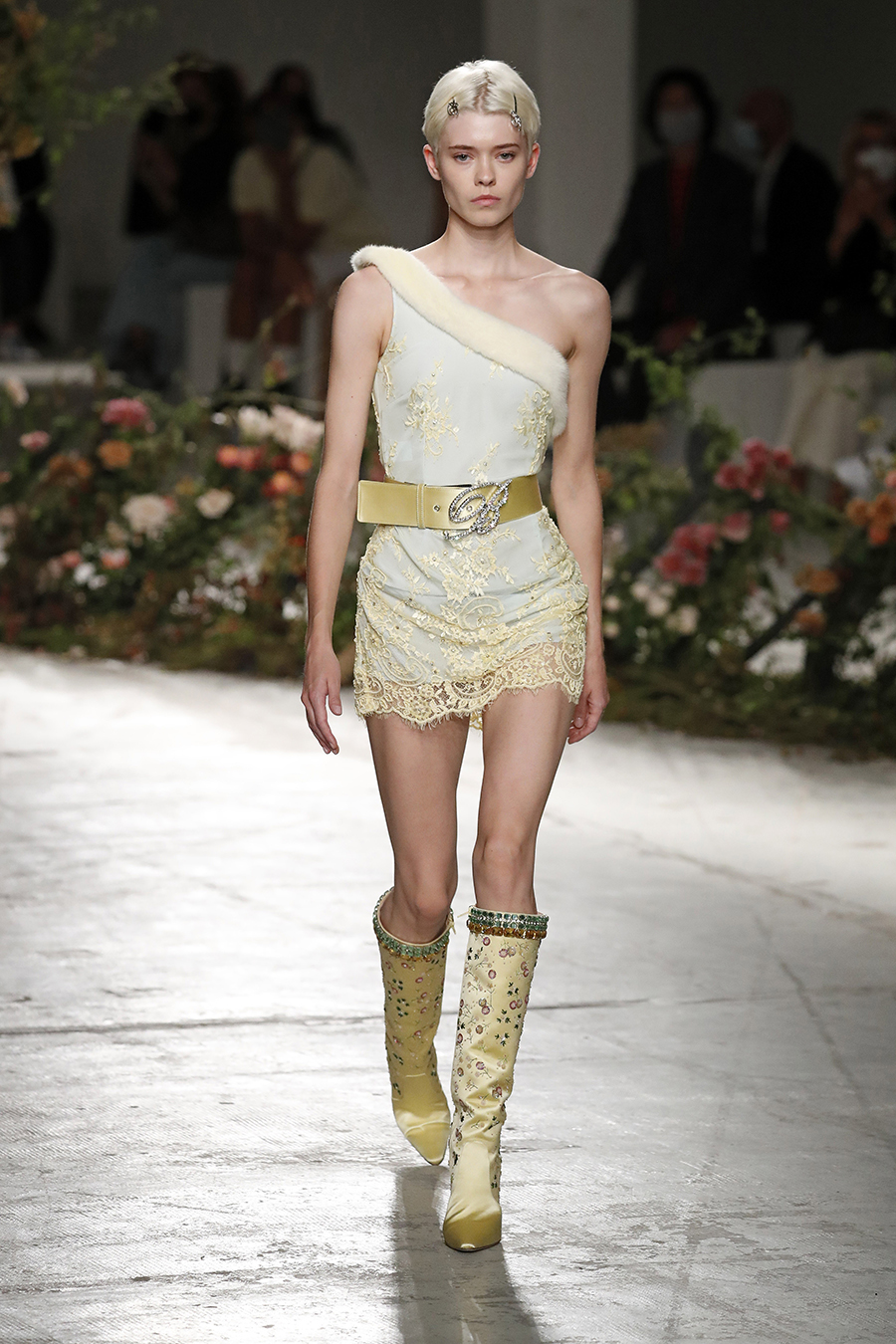 мини-платье модное лето 2021 асимметричне белое на одно плечо желтое