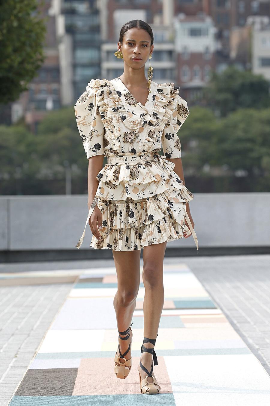 мини-платье модное лето 2021 короткое с оборками белое принты