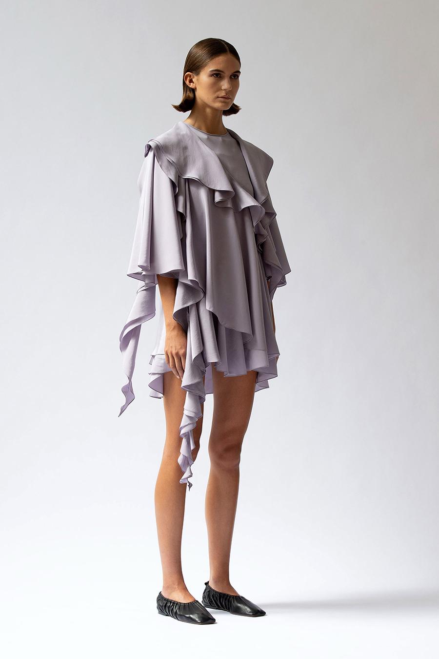 мини-платье модное лето 2021 короткое с оборками лавандовое сиреневое