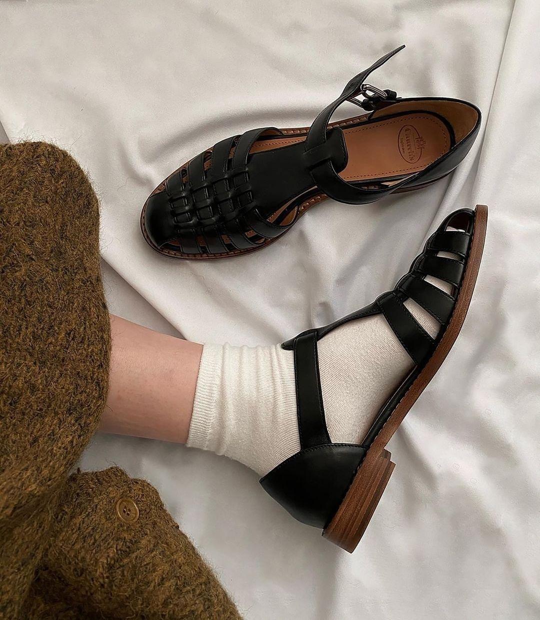 модная обувь лето 2021 на низком ходу плоская подошва без каблука женская босоножки сандалии рыбацкие рыбака дедушкины кожаные черные