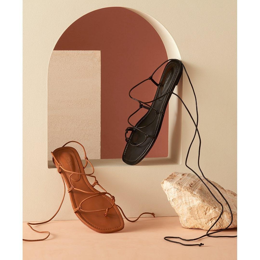 модная обувь лето 2021 на низком ходу плоская подошва без каблука женская на завязках гладиаторские сандалии рыжие коричневые черныебосоножки
