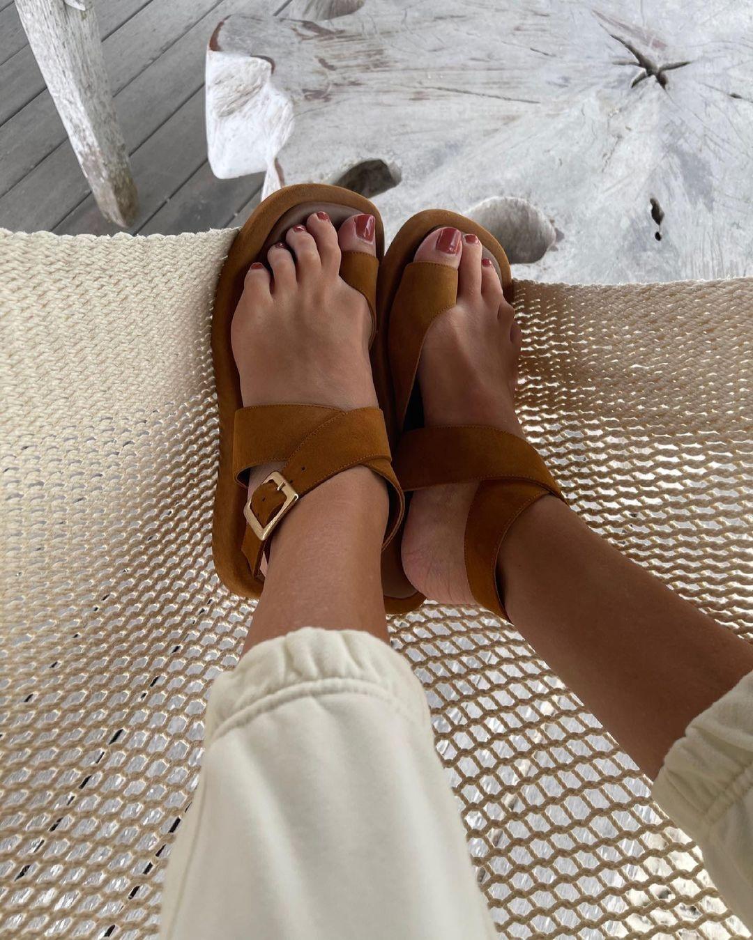 модная обувь лето 2021 на низком ходу плоская подошва без каблука женская на большой палец коричневые замшевые рыжие