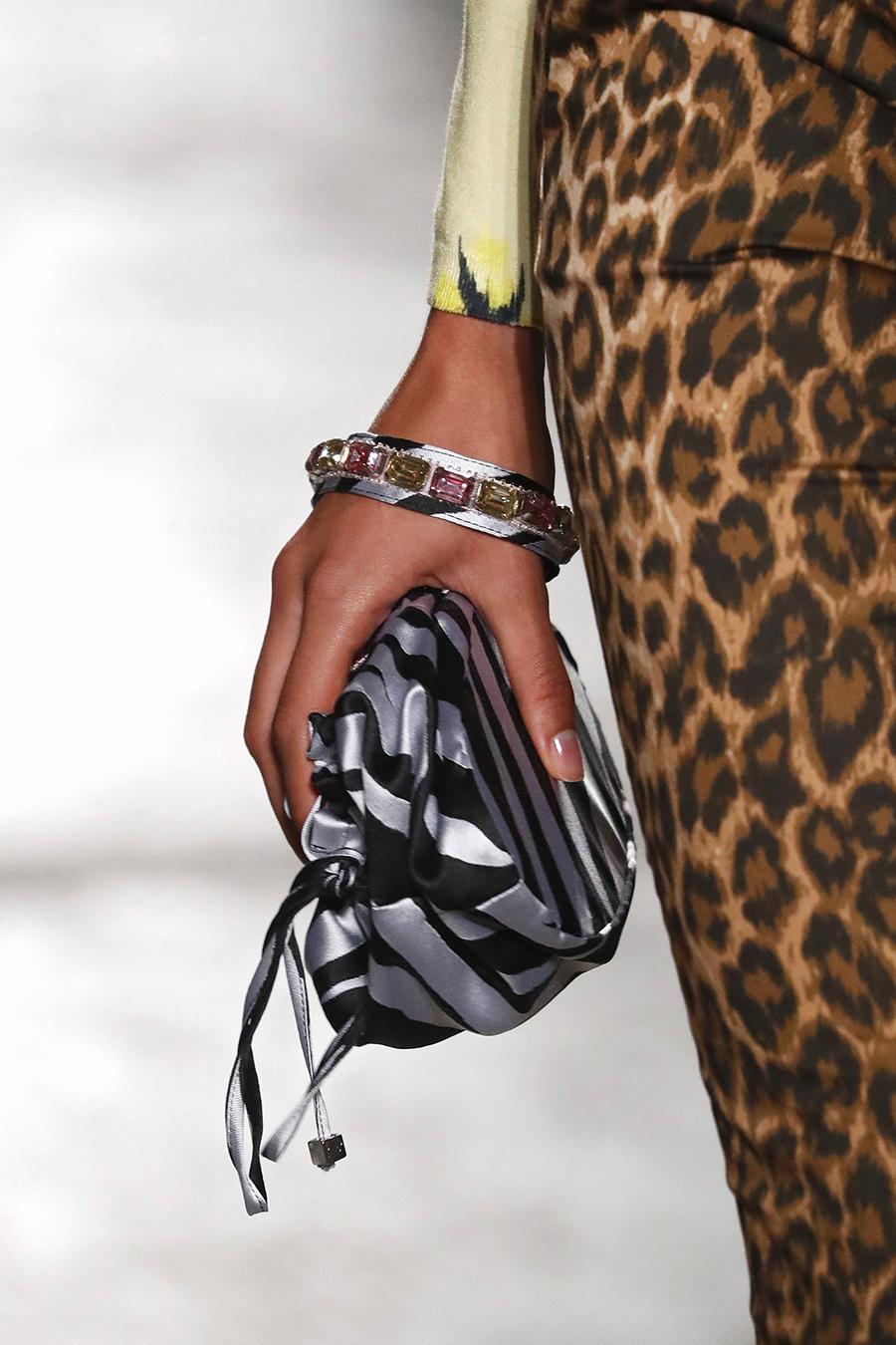 модная женская сумка лето 2021 клатч тоут шоппер пауч на затяжках кожаная серебряная блестящая черная полосатая