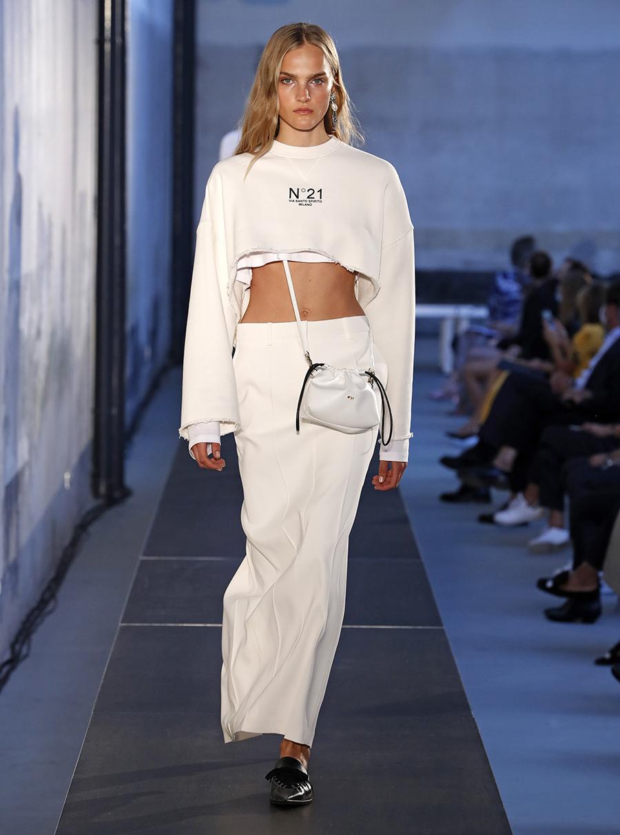 модная женская сумка лето 2021 клатч тоут шоппер пауч на затяжках кожаная белая