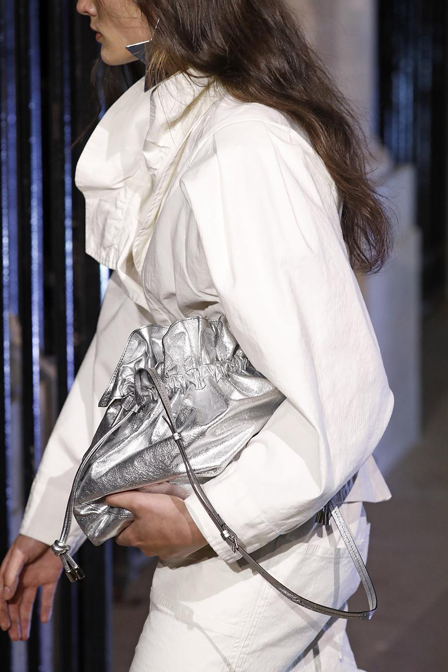 модная женская сумка лето 2021 клатч тоут шоппер пауч на затяжках кожаная серебряная блестящая