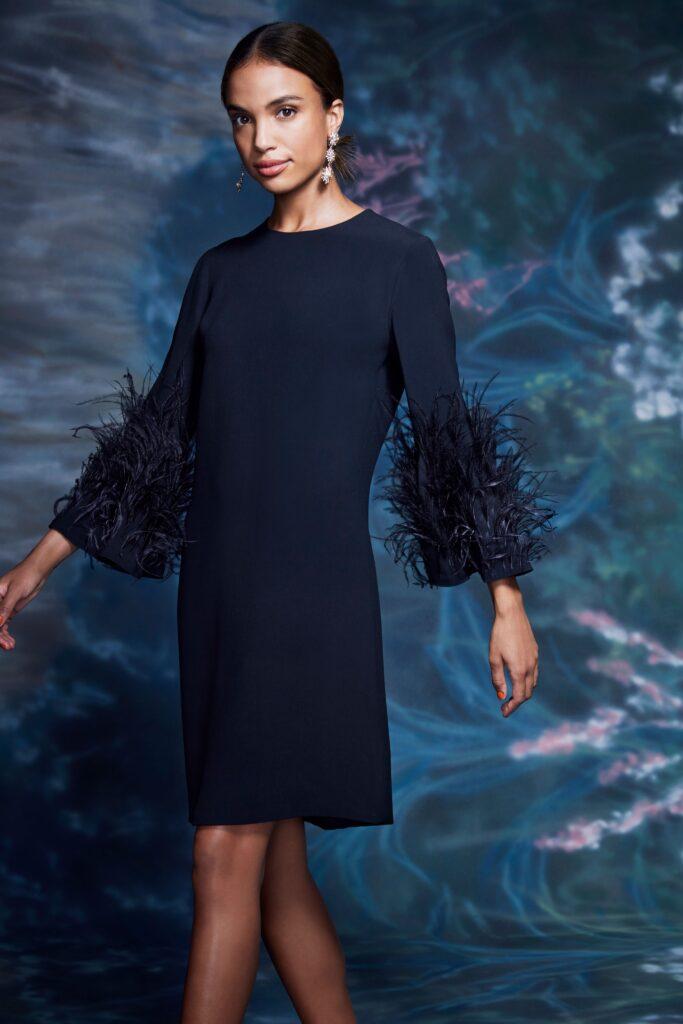 маленькое черное платье короткое мини узкое с перьями с длинным рукавом