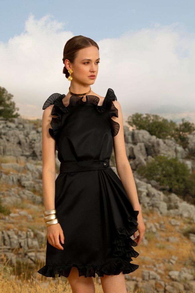 маленькое черное платье короткое мини без рукавов оборки плиссировка