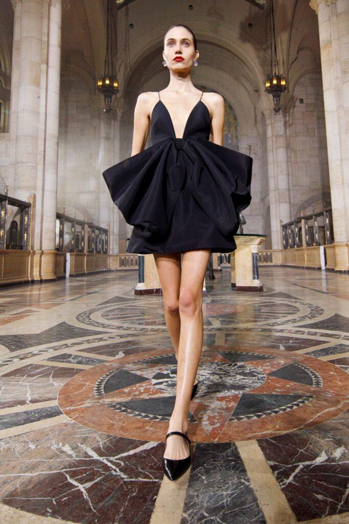 маленькое черное платье короткое мини оборка декольте