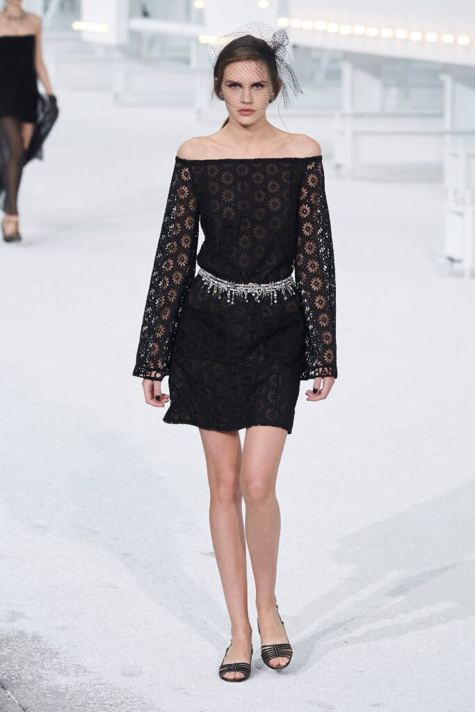 маленькое черное платье короткое мини узкое кружевное с длинным рукавом