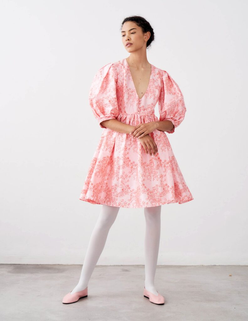 модное платье кукольное беби долл baby doll короткое пышное лето 2021 розовое