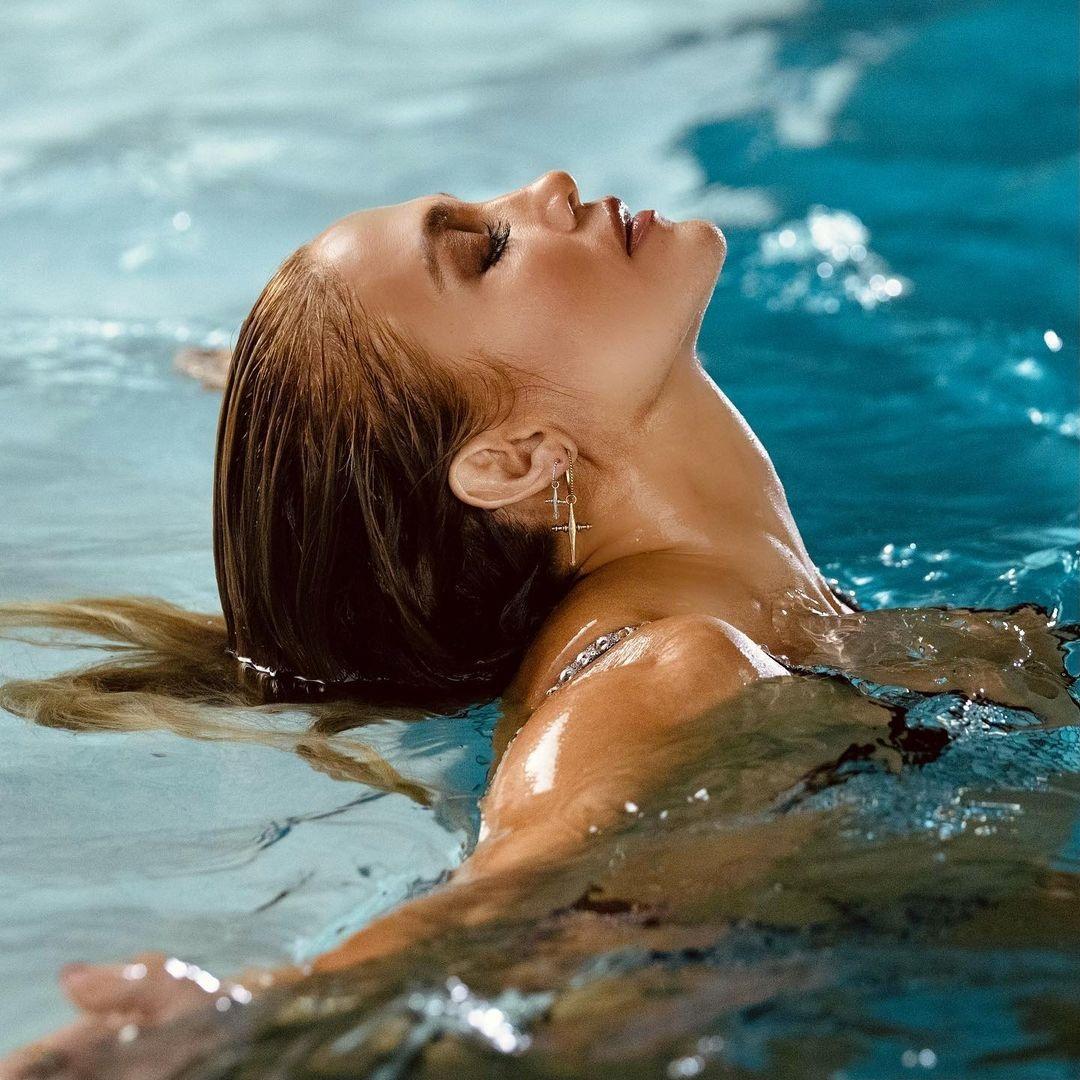 дженнифер лопес фотосессия в купальнике в бассейне клип