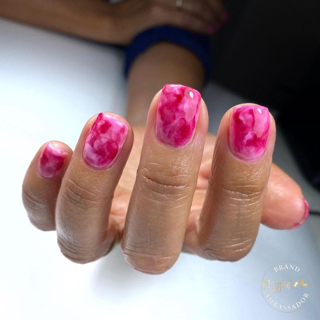 модный маникюр розовый лак лето 2021 нейл арт дизайн мрамор кварц