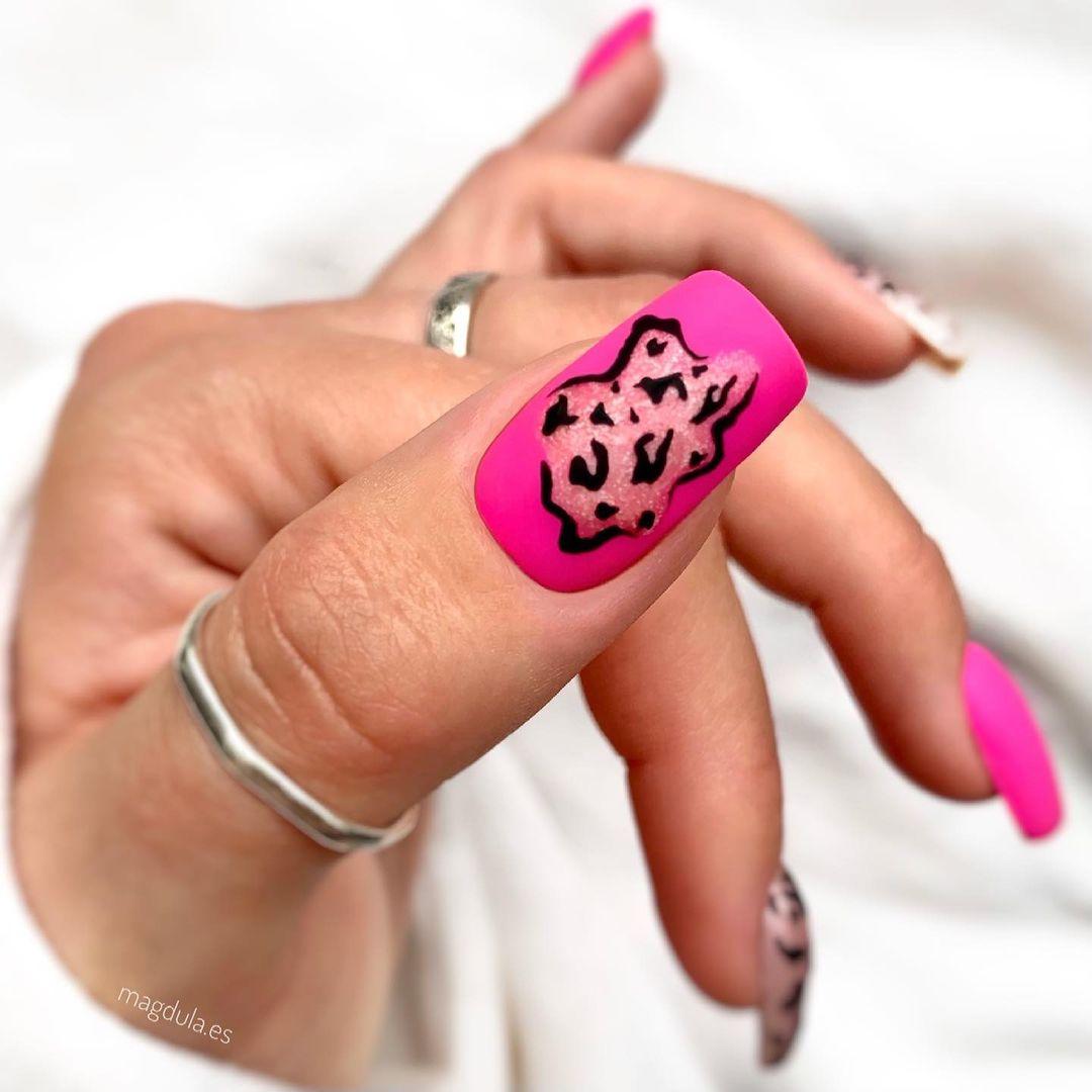 модный маникюр розовый лак лето 2021 нейл арт дизайн леопард зебра звериный принт