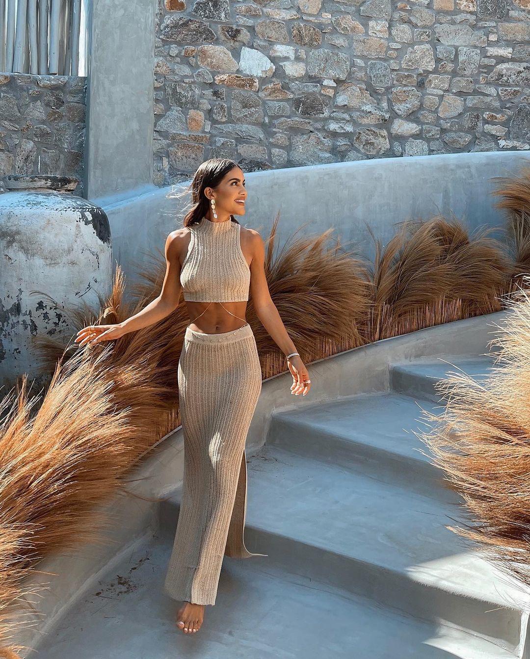 модный трикотажный костюм кроп топ юбка макси бежевый макси камила коэльо тренд лето 2021