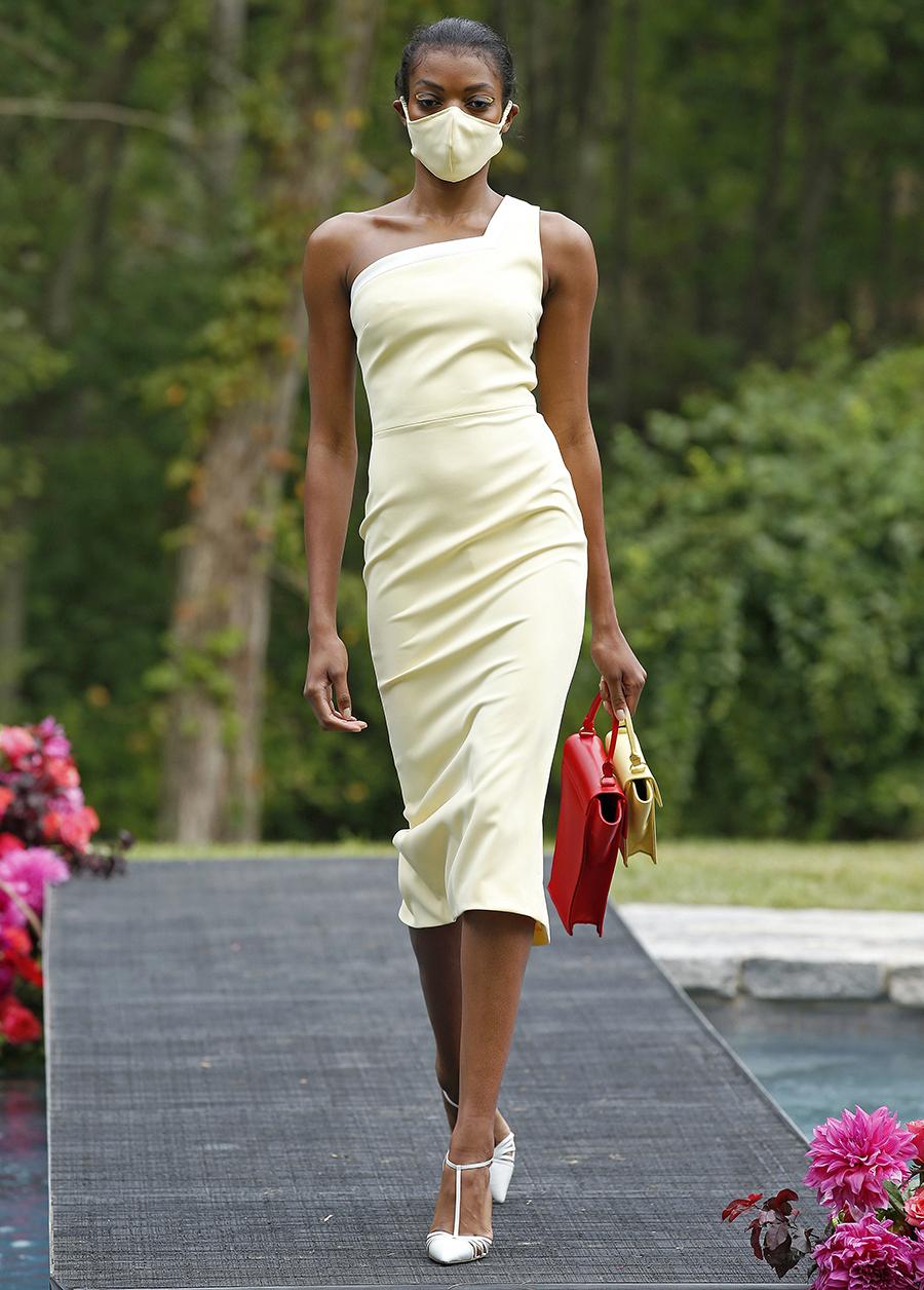 модный сарафан асимметричный на одно плечо лето 2021 тренды что купить в жару белый желтый миди узкий