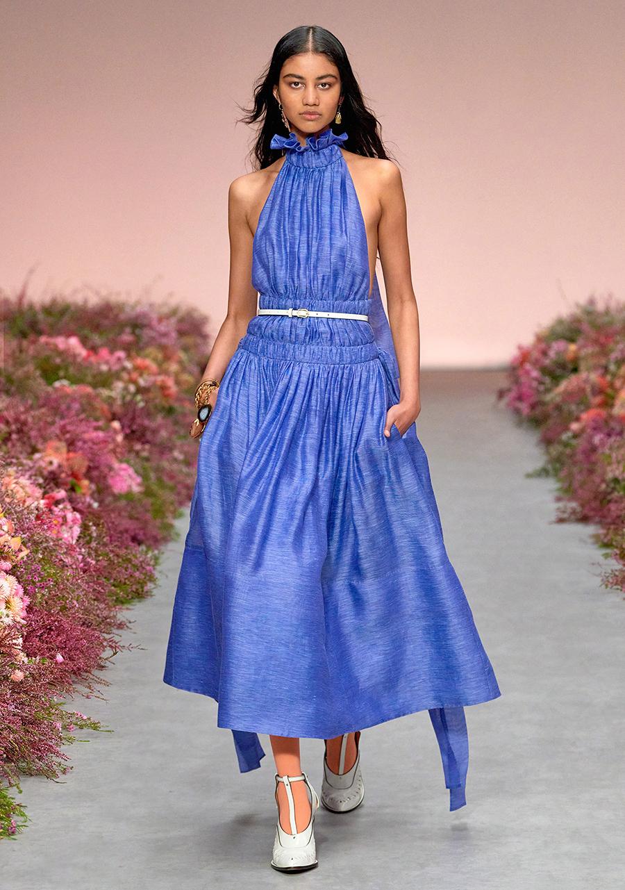 модный сарафан халтер лето 2021 тренды что купить в жару голубой синий макси пышный