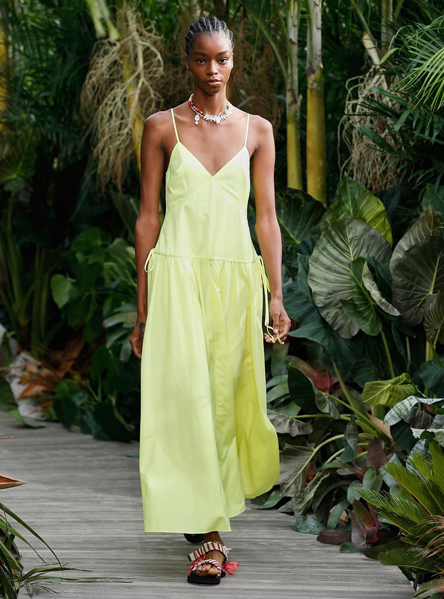 модный сарафан в бельевом стиле на тонких бретелях комбинация лето 2021 тренды что купить в жару желтый салатовый длинный макси