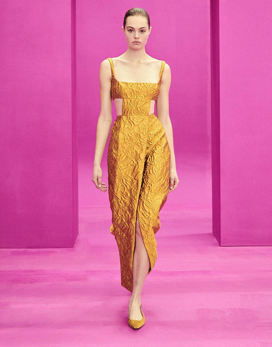 самые модные платья осень зима 2021 2022 с вырезами парча желтое оранжевое миди