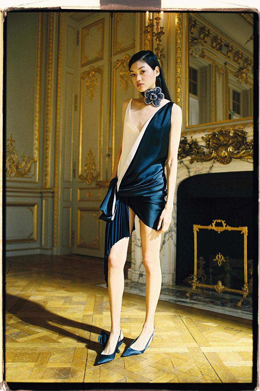 самые модные платья осень зима 2021 2022 плиссировка белое черное