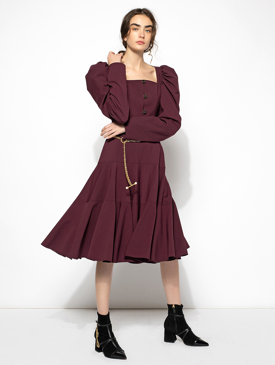 самые модные платья осень зима 2021 2022 вырез декольте квадратное бордовое миди