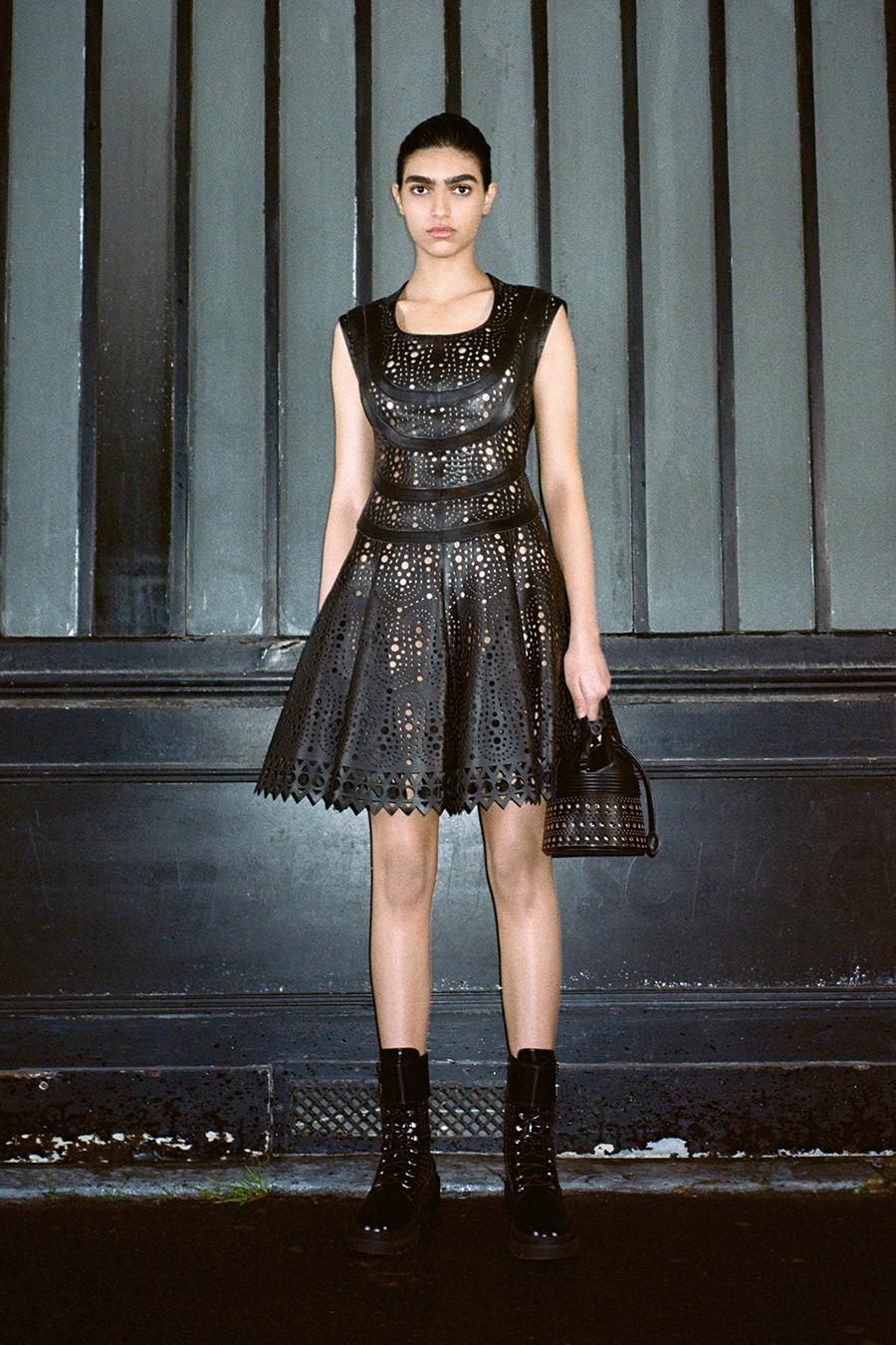 самые модные платья осень зима 2021 2022 кожаное черное с перфорацией