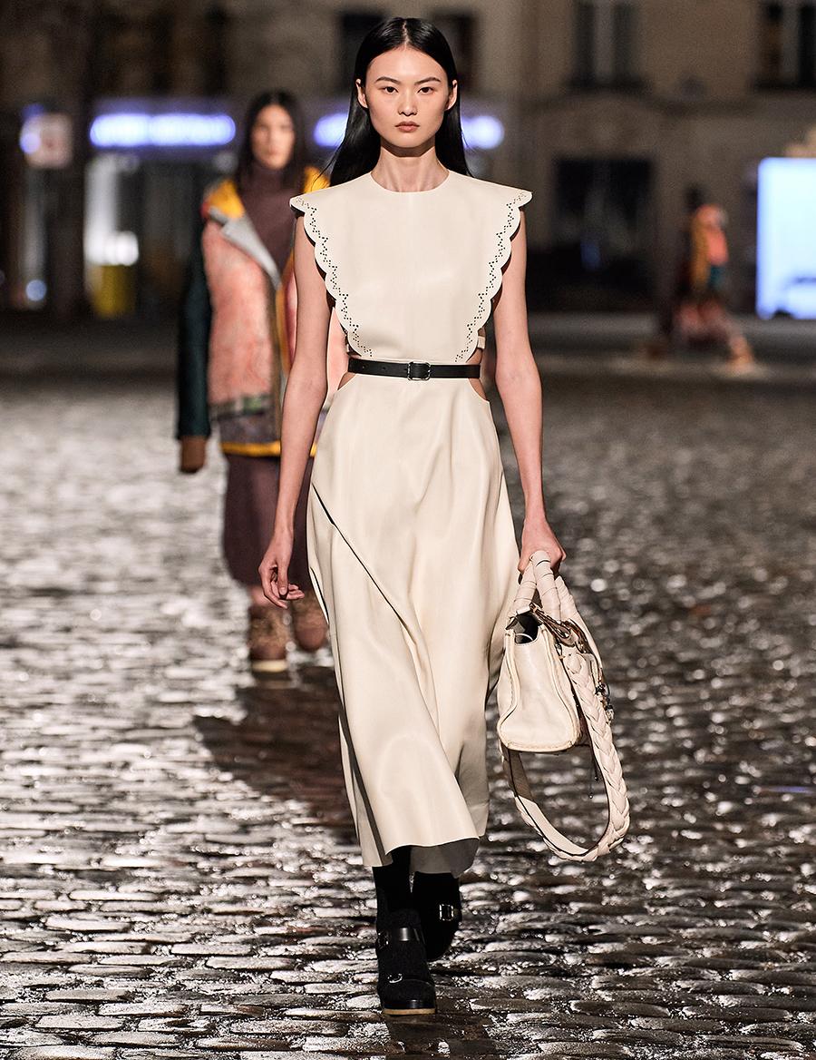 самые модные платья осень зима 2021 2022 кожаное бежевое