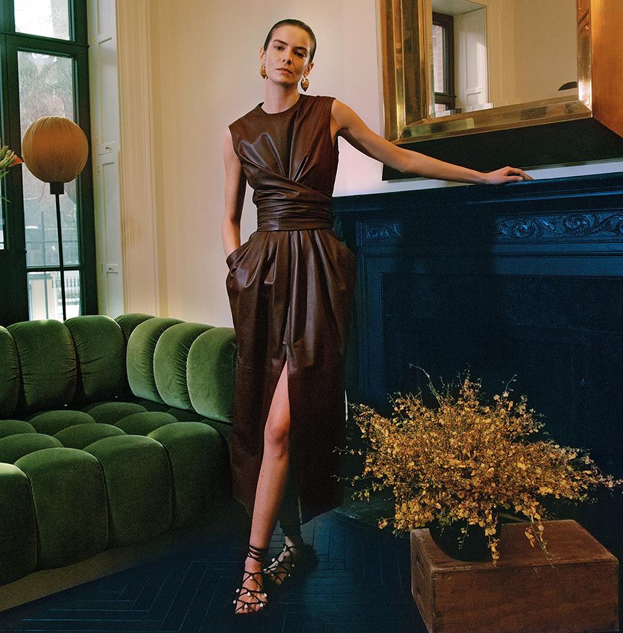 самые модные платья осень зима 2021 2022 кожаное бордовое длинное макси с разрезом