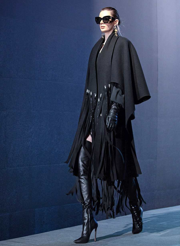 тренды осень зима 2021 2021 бахрома пальто черный