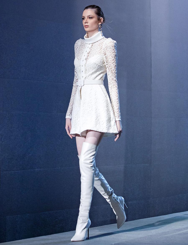 тренды осень зима 2021 2021 ботфорты сапоги высокие облегающие белые на каблуке