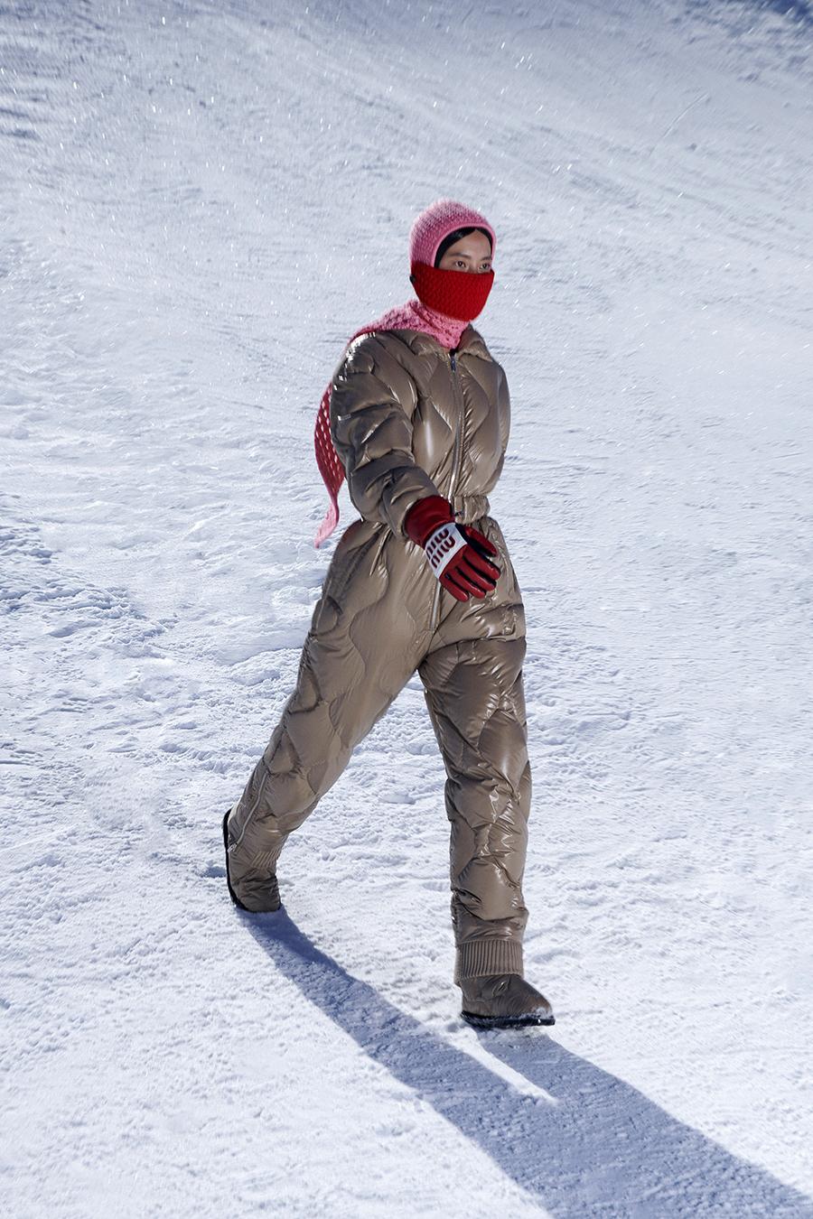 тренды осень зима 2021 2021 комбинезондутый пуховик бежевый стеганый зимний