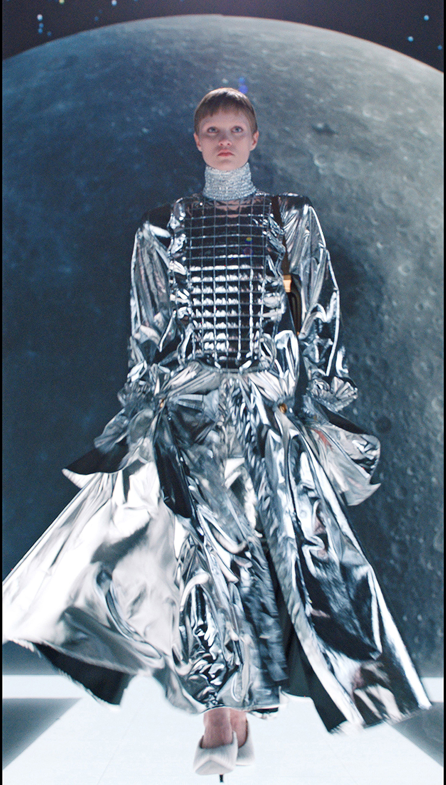 тренды осень зима 2021 2021 серебро серебряный цвет платье макси длинное пышное