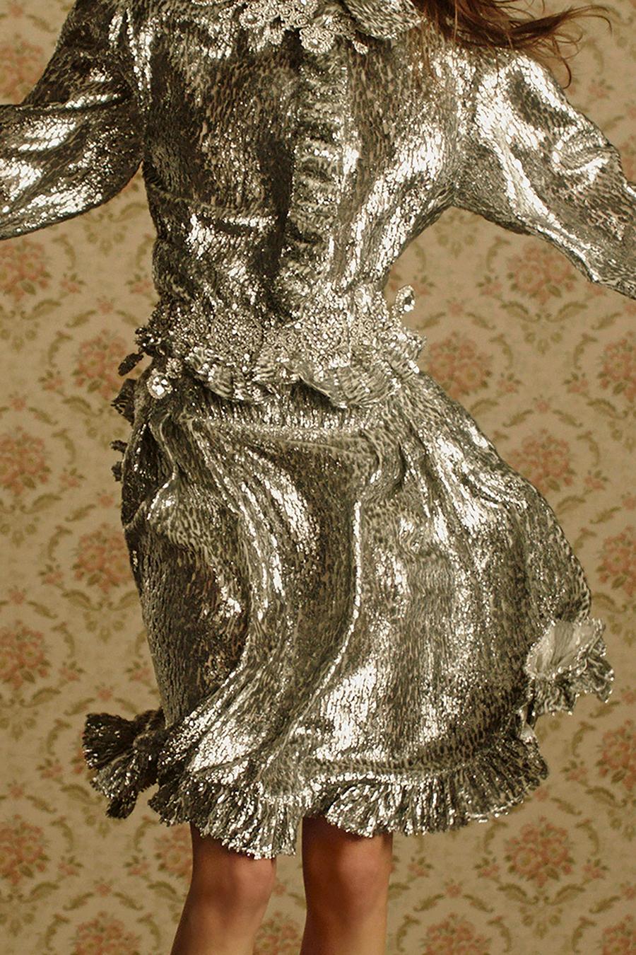 тренды осень зима 2021 2021 серебро серебряный цвет платье мини плиссировка