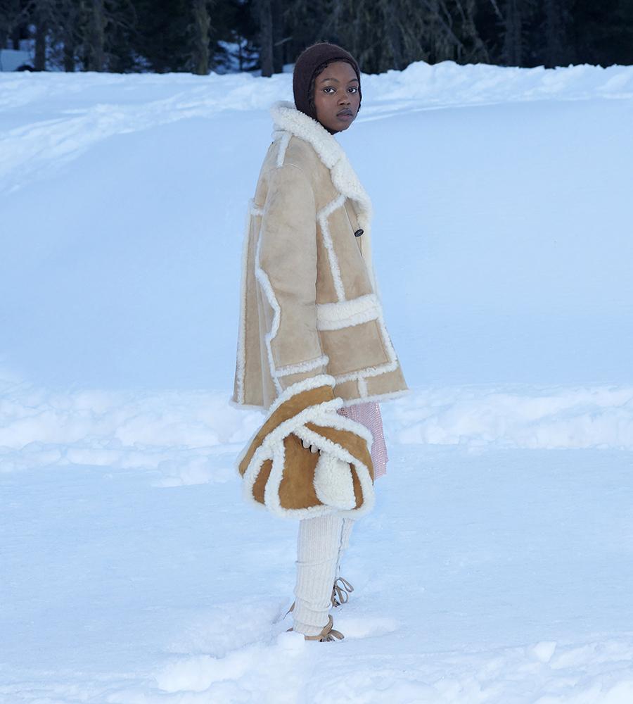 тренды осень зима 2021 2021 сумка широкий ремень коричневая дубленка овчина