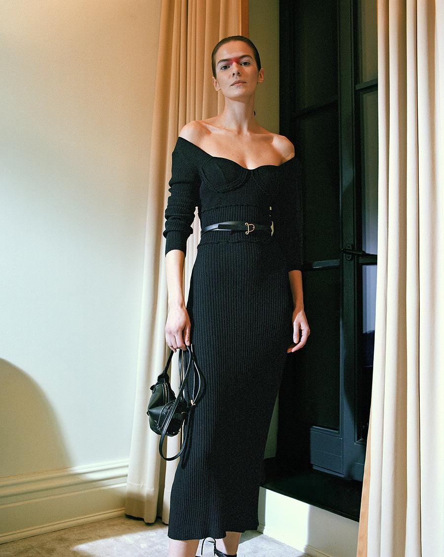 тренды осень зима 2021 2021 трикотаж вязаное платье черное узкое приталенное декольте