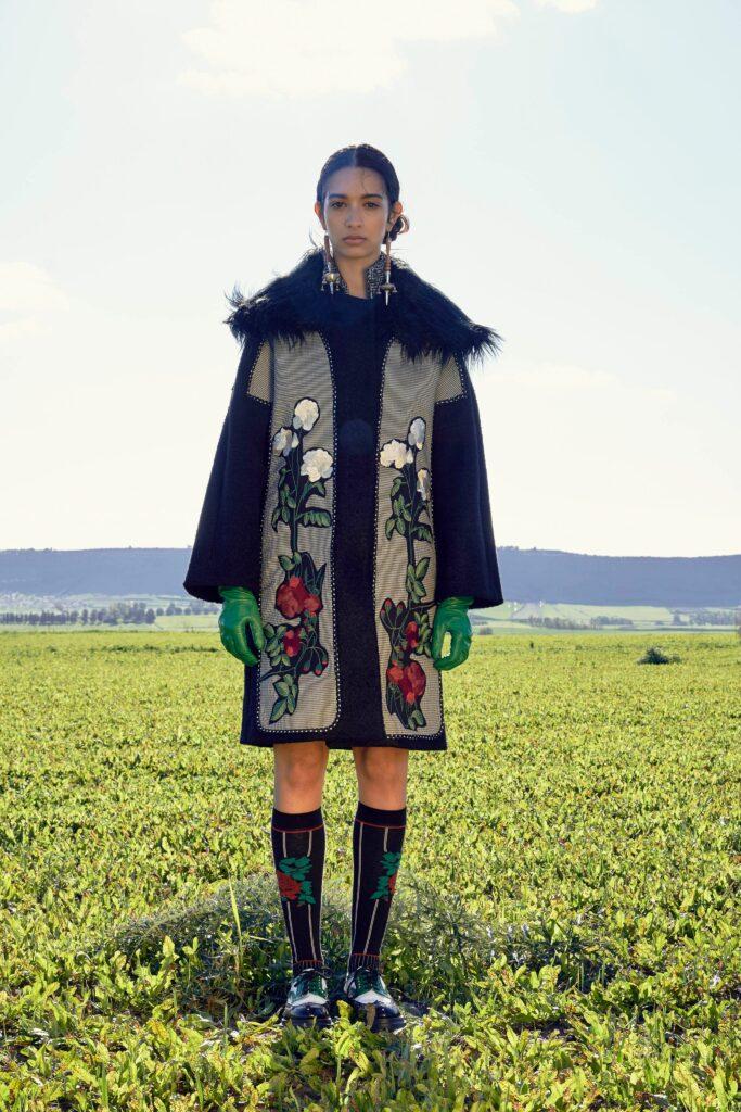 модное пальто осень 2021 с принтом черное