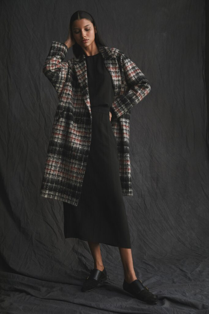 модное пальто осень 2021 принт клетка миди черное серое