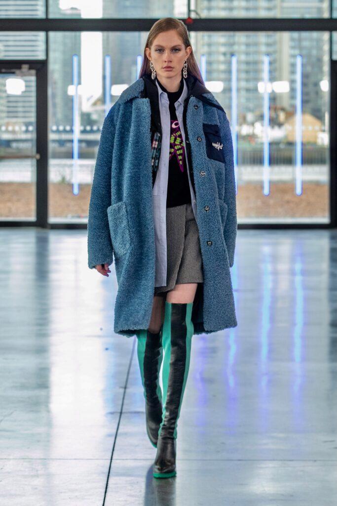 модное пальто осень 2021 миди голубое синее