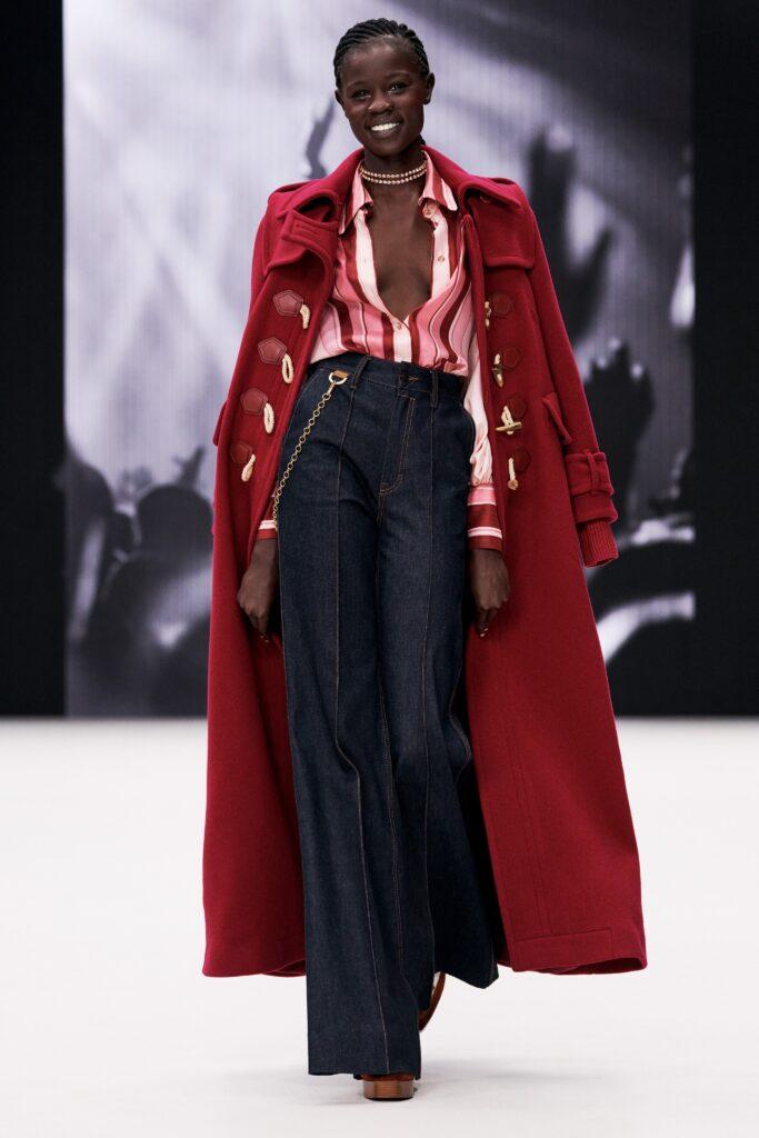 модное пальто осень 2021 макси длинное красное дафлкот