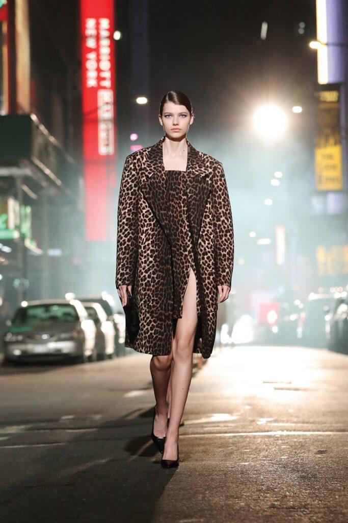 модное пальто осень 2021 принт леопард миди мини