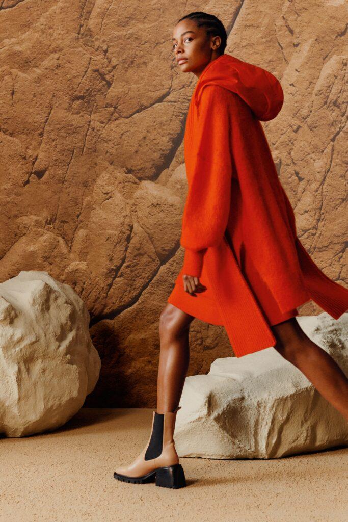 модное пальто осень 2021 миди оранжевое с капюшоном