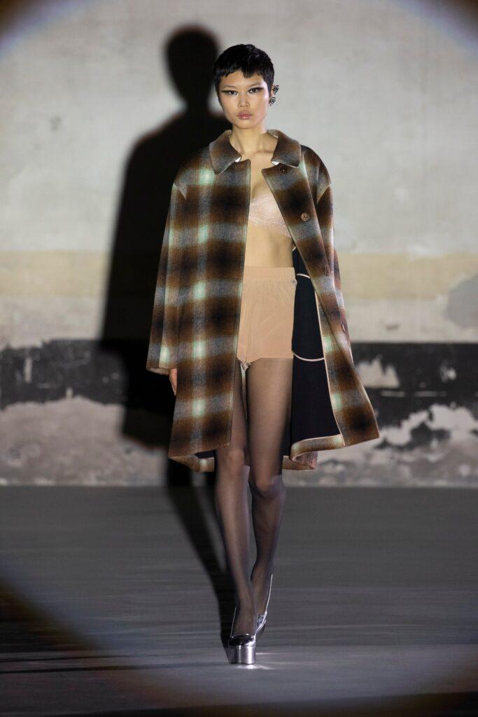 модное пальто осень 2021 принт клетка миди коричневое серое